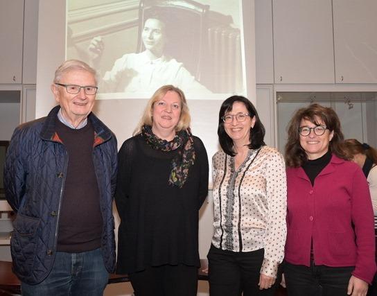 Der Vorstand des Förderkreises mit neuer und bisheriger Schriftführerin. Im Hintergrund ein Foto von Hélène de Beauvoir in jungen Jahren.